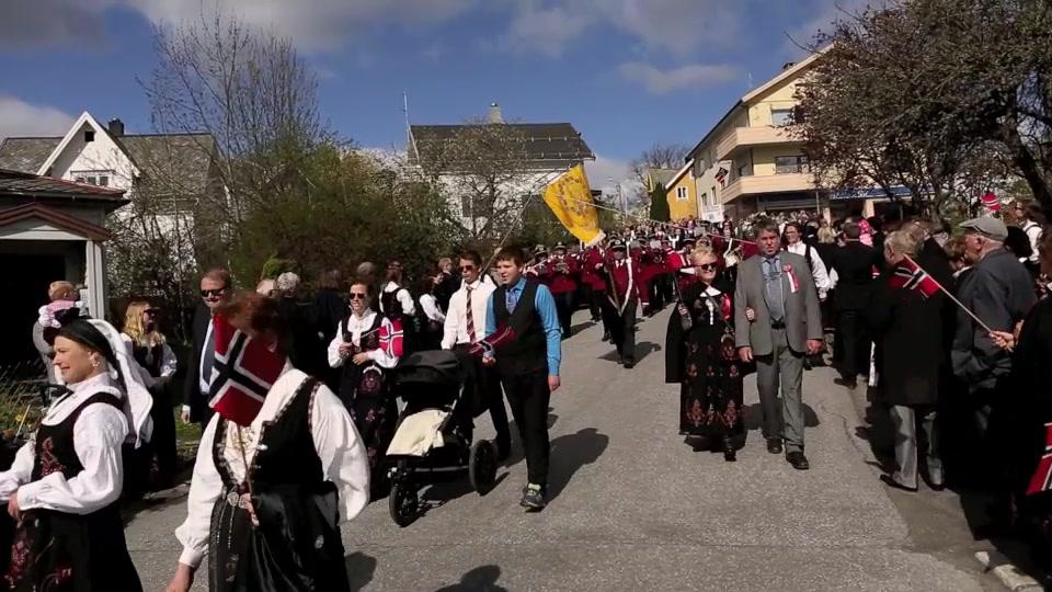 Barnetoget i Volda og Volda mannskor ved kransing av bautaen Volda kyrkje